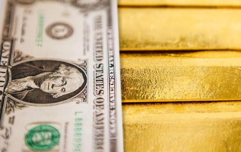 Цена золота снижается на фоне роста курса доллара