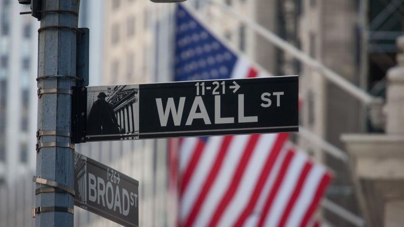 Инвесторы копят средства на ожиданиях сворачивания стимулов